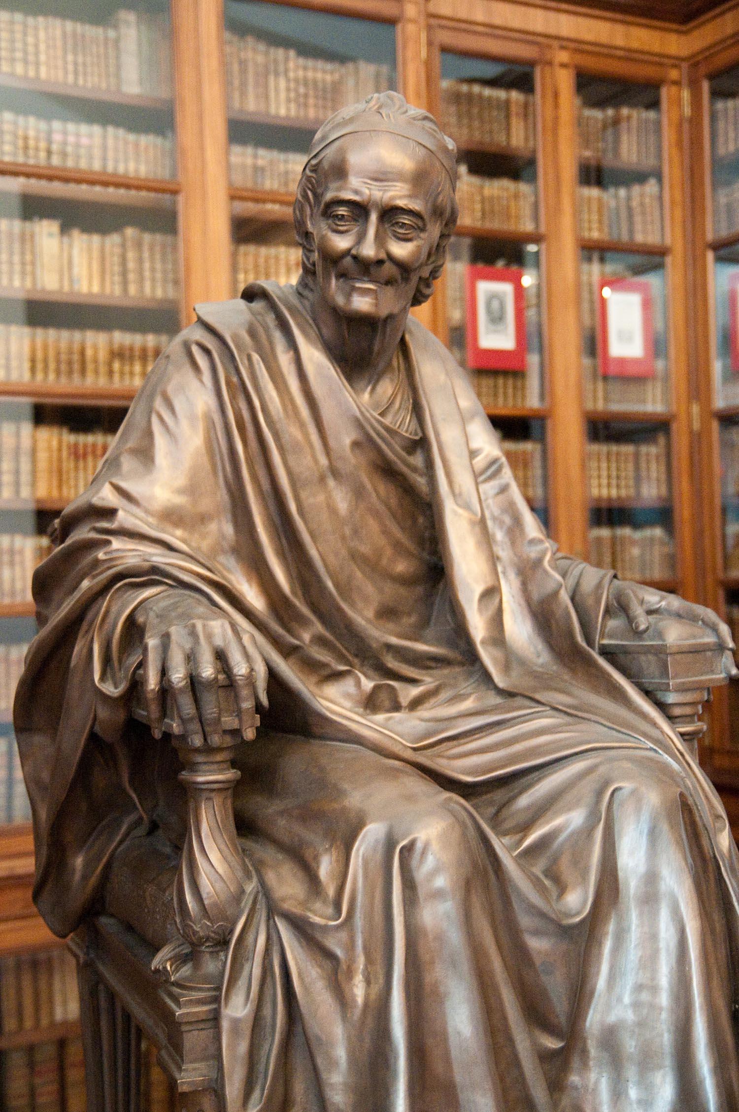 Вольтер. Статуя в Вольтеровской библиотеке
