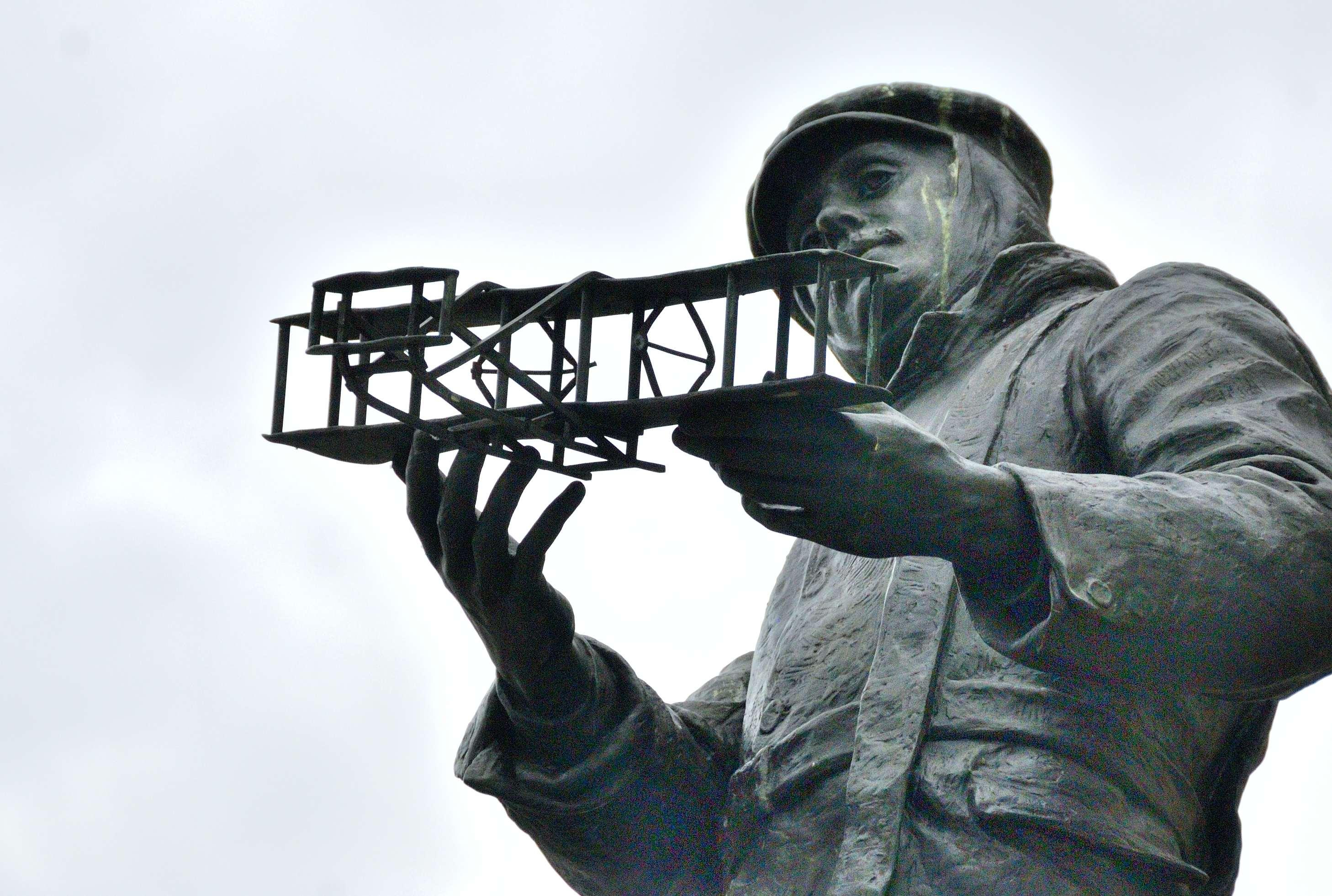 Статуя Роллса с аэропланом в Монмуте