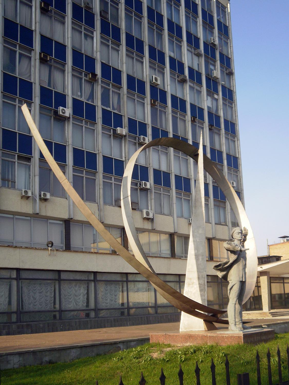 Памятник Петру Нестерову (и его петле) в Киеве на проспекте Победы, у завода «Антонов»