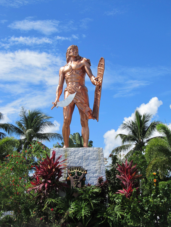Место гибели Магеллана на филиппинском острове Мактан. Памятник вождю Лапу-Лапу, убившему испанского адмирала.