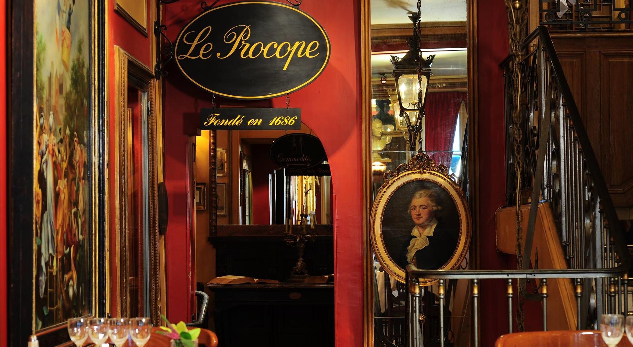 Вход в кафе «Прокоп», портрет Прокопио и стол Вольтера